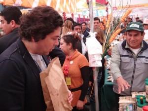Gaston Acurio paseando por expo